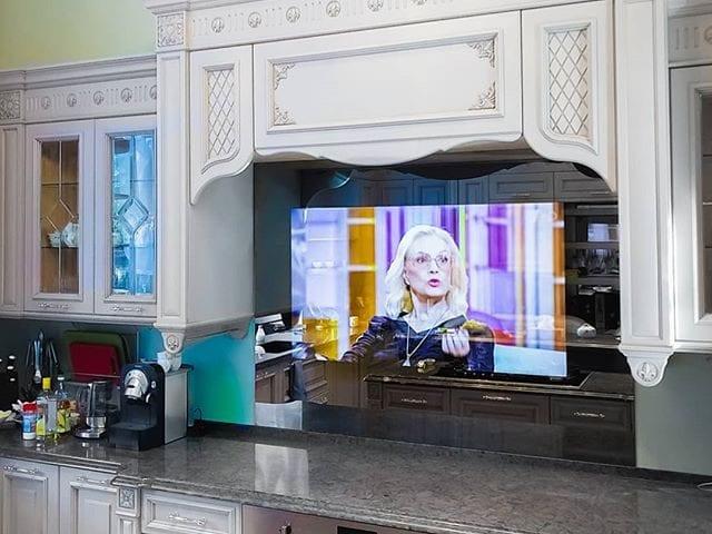 Зеркальный телевизор Burg&Glass 55 дюйма в виде фартука на кухне