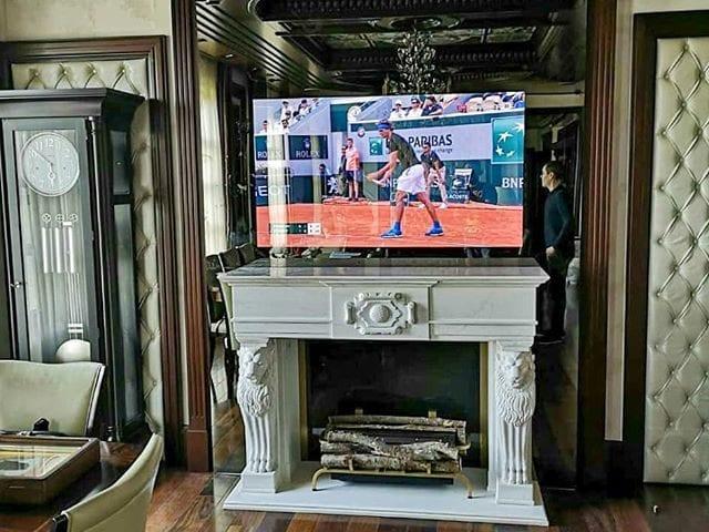 Зеркальный телевизор над камином (или его иммтации) - это классика #BurgGlass 👌  На фото, как обычно, наш объект