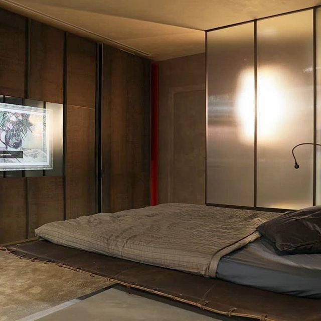 Зеркальный телевизор Burg&Glass 65 дюйма на стенде @alexandererman  Это было на выставке #Batimat2020 Это был один из самых посещаемых стендов выставки  Burg&Glass был представлен в уникальной кухне-трансформер