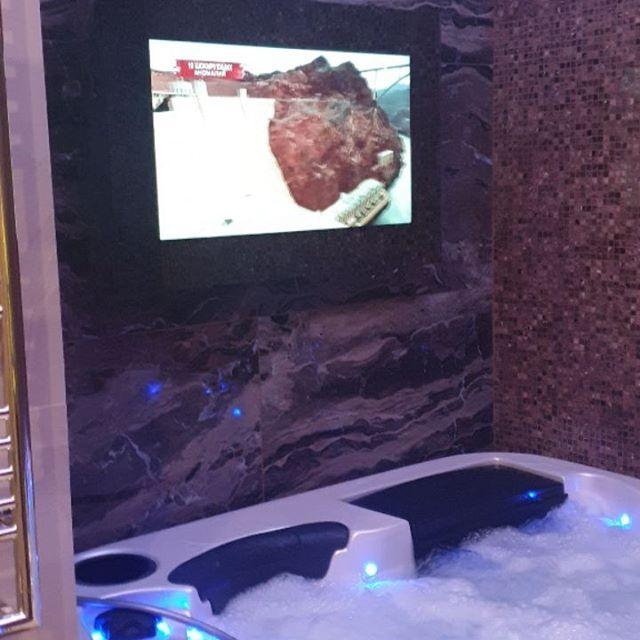 Джакузи, зеркальный телевизор Burg&Glass, любимый фильм, бокал вина - #оставайтесьДома  Зеркальные телевизоры Burg&Glass не боятся влаги