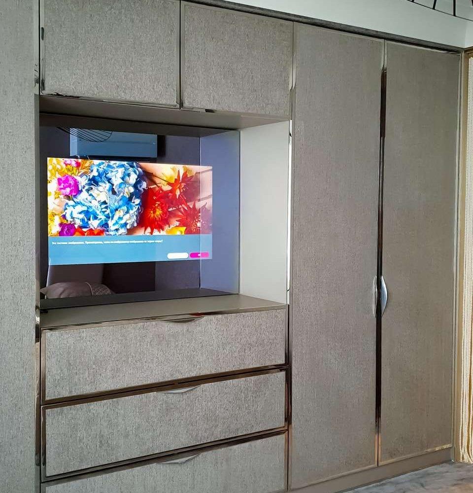 Зеркальный телевизор BURG&GLASS в гардеробной