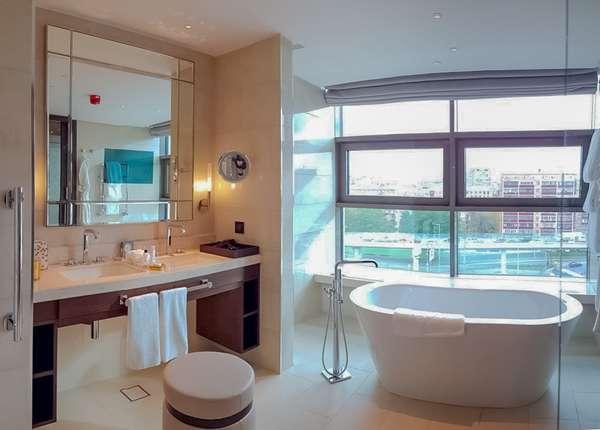 Встроенный зеркальный телевизор в ванной