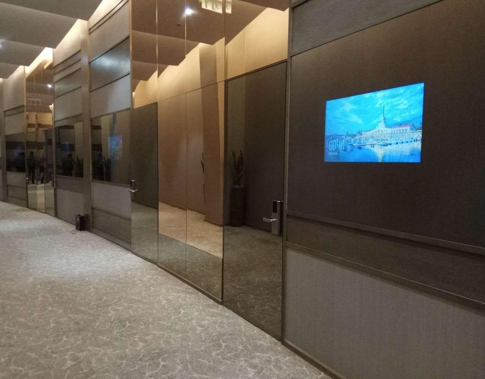 Дизайнерский встроенный телевизор в офисе