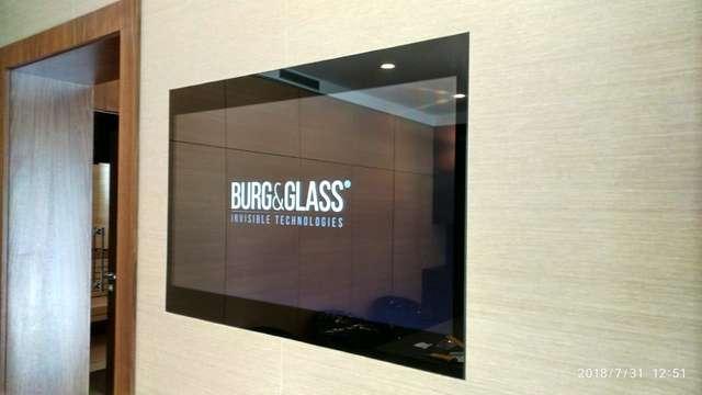 Встроенный телевизор BURG&GLASS в конференц-зале