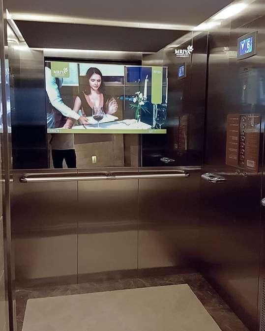 Встроенный телевизор BURG&GLASS в стене лифта