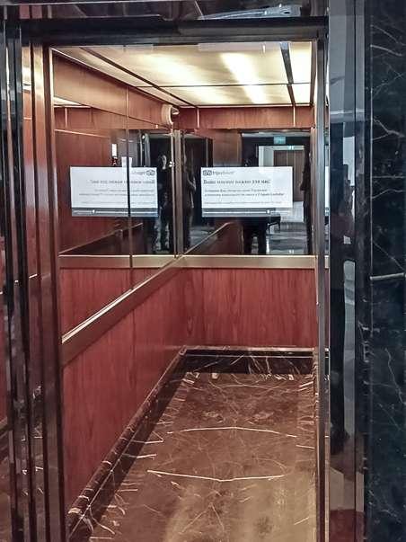 Телевизор BURG&GLASS в лифте