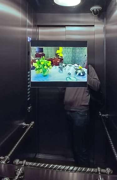 Стильный встроенный телевизор для кабинке лифта