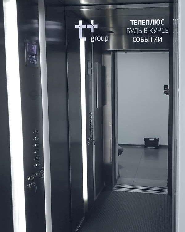 Зеркальный встроенный телевизор в лифте
