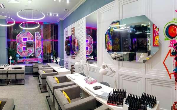 Телевизор-зеркало BURG&GLASS в салоне красоты